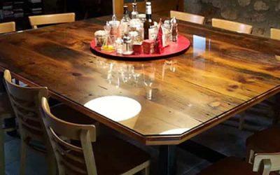 Netejar marques a la taula de fusta